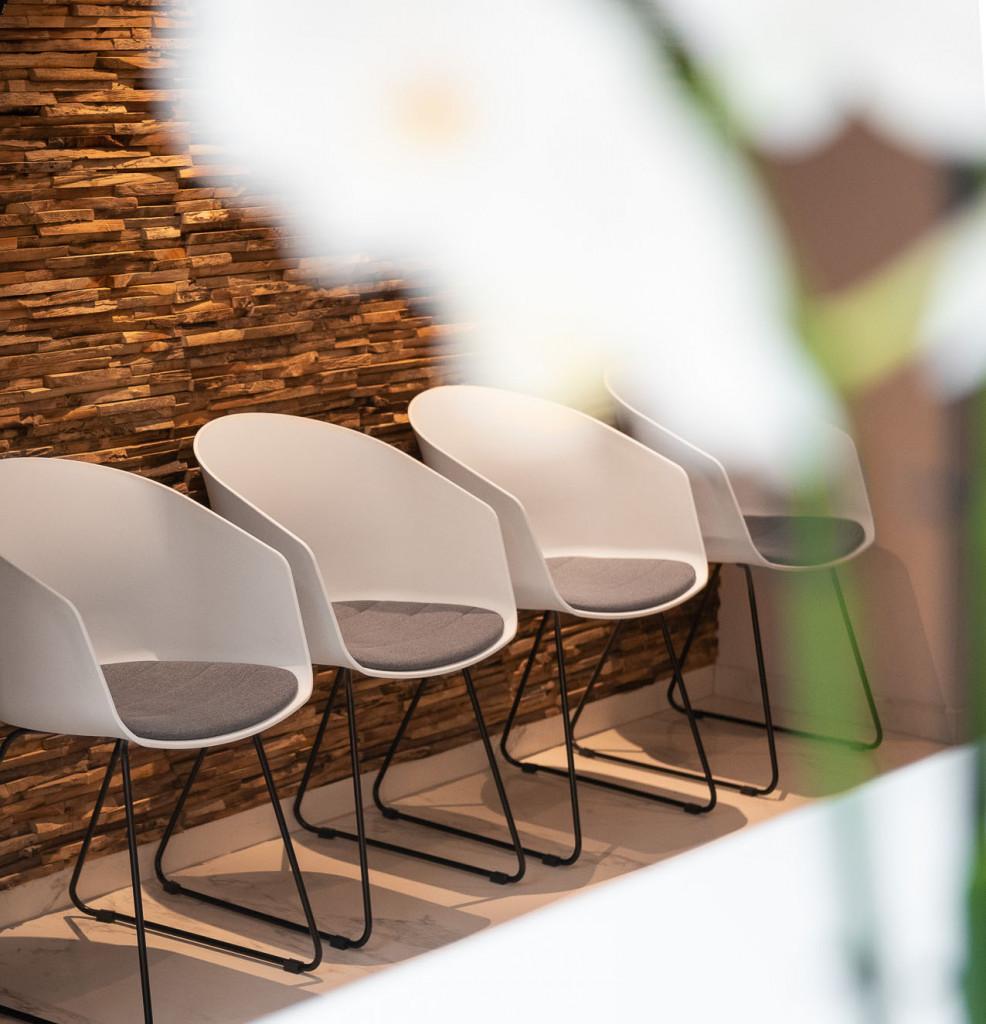 Des chaises dans la clinique de la femme