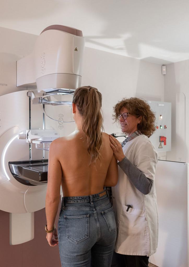 Femme se faisant ausculter par une docteure de la clinique de la femme