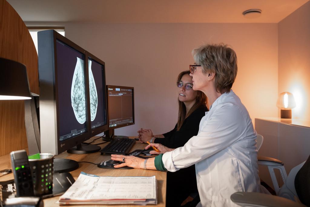 2 femme utilisant un ordinateur