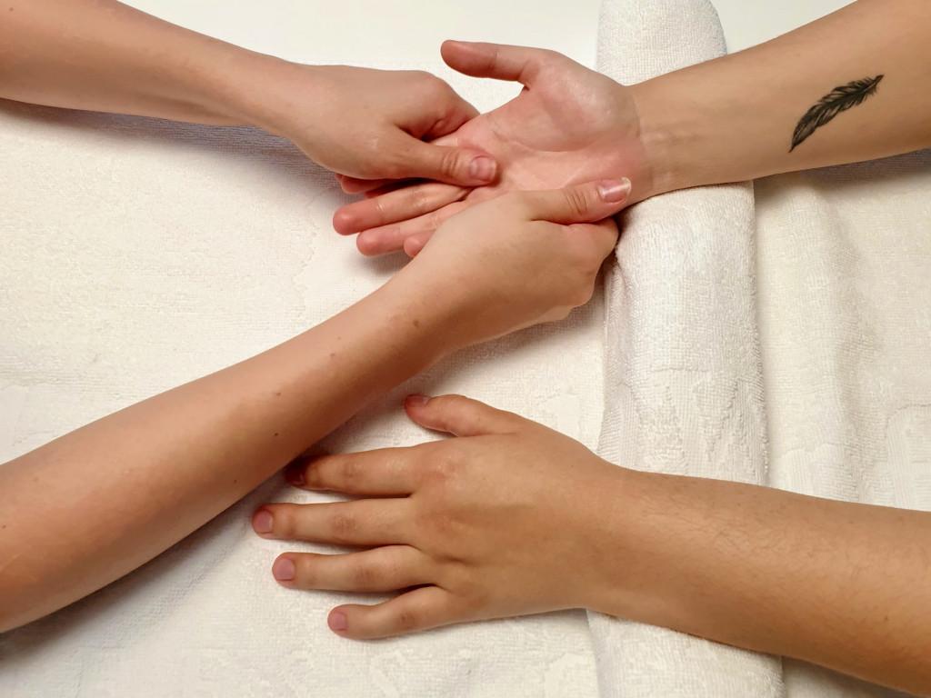Les bras de deux femmes à la clinique de la femme