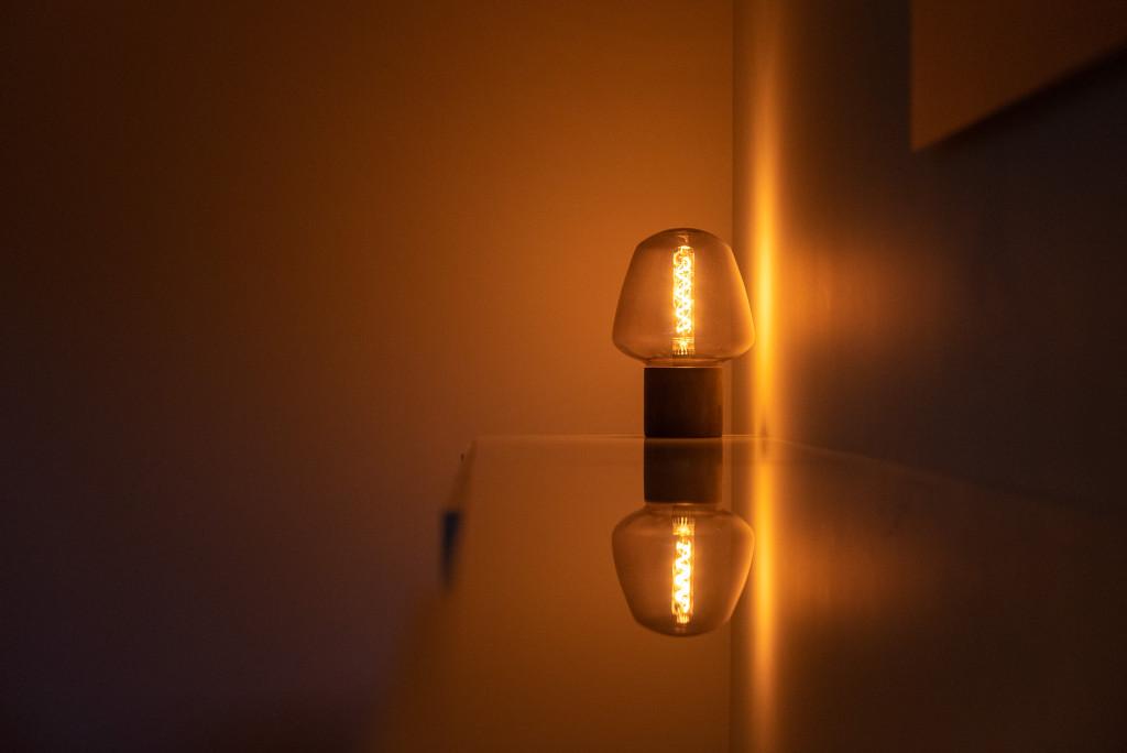 Une lampe sur un bureau dans une pièce sombre de la clinique de la femme
