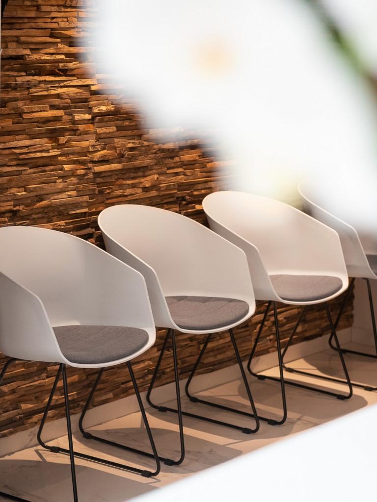 Des chaises à la clinique de la femme