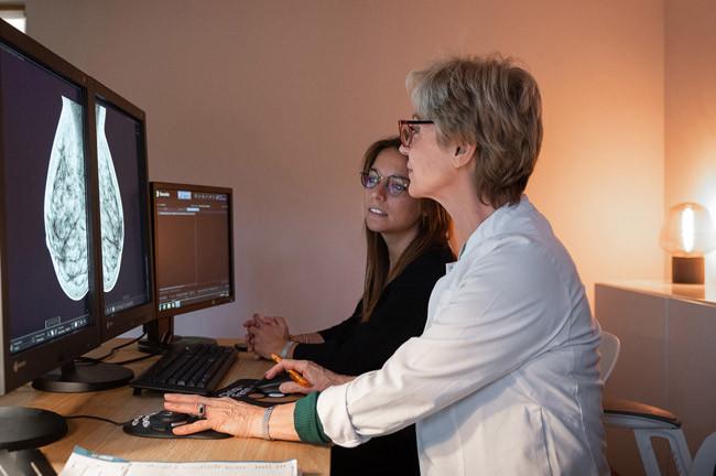 Deux médecins devant un ordinateurs